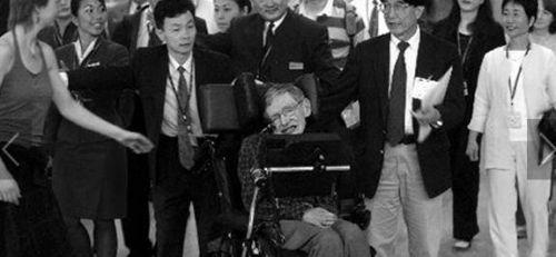资料图:2006年,晚年霍金到访香港