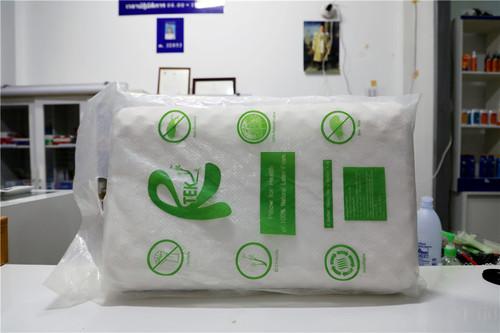 """中国游客非常热衷于购买的泰国旅游纪念品——乳胶枕头。许多低价旅游团往往包含购买乳胶枕头的环节,部分""""黑心""""导游会故意提价,蒙骗消费者,自己也趁机赚取利润。本报记者赵益普摄.jpg"""