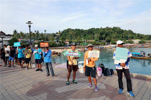 皮皮岛码头,酒店的工作人员正在等待入住酒店的游客。本报记者赵益普摄.jpg