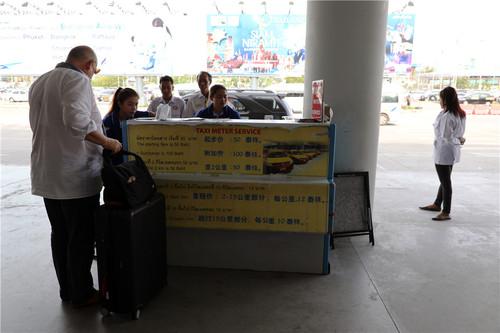 普吉国际机场出口处,一位外国游客正在向出租车服务台咨询问题。虽然服务台上标明了出租车的收费规则,但是普吉岛的出租车几乎都不打表,价格大致是打表情况下的两倍。本报记者赵益普摄.jpg
