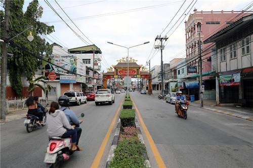 普吉市区的街道上,经常有摩托车飞驰而过,私家用车和公共摩的都有,但是大多数人都不戴头盔。本报记者赵益普摄.jpg