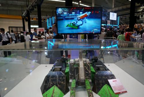 大会现场展示的格斗机器人产品