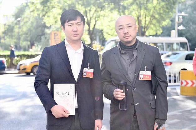 """网曝徐峥沈腾会场外合影 一脸""""愁容""""表情很搞笑"""
