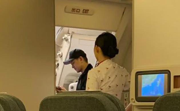 曝林志颖登机后 要拿回托运行李 致 航班延误惹人怨