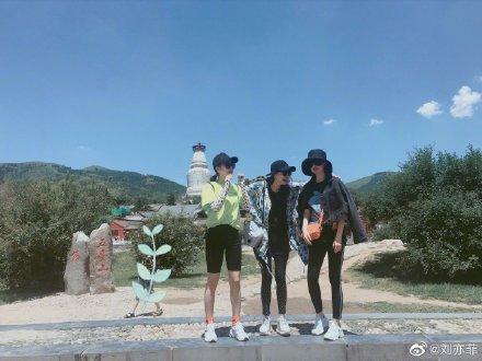 刘亦菲与朋友合影